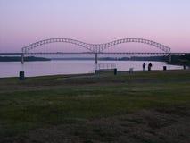 Memphis Skyline, Hernando DeSoto Bridge ad alba Immagini Stock Libere da Diritti