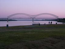 Memphis Skyline Hernando DeSoto Bridge på soluppgång Royaltyfria Bilder