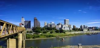 Memphis Skyline med blå himmel arkivbild