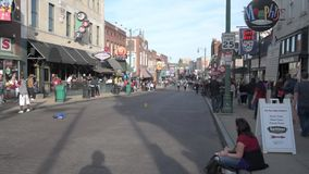 MEMPHIS, TENNESSEE - APRIL 09, 2016: Memphis Downtown en de Mensen op de straat tijdens het weekend tonen stock video