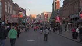 MEMPHIS, TENNESSEE - APRIL 09, 2016: Memphis Downtown en de Mensen op de straat tijdens het weekend tonen stock videobeelden