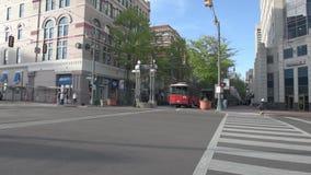 MEMPHIS, TENNESSEE - APRIL 09, 2016: Memphis Downtown en Mensen op de straat tijdens het weekend Main Street -Karretje op de weg stock video