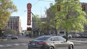 MEMPHIS, TENNESSEE - APRIL 09, 2016: Memphis Downtown en Mensen op de straat tijdens het weekend Orpheum stock videobeelden