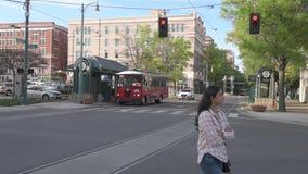 MEMPHIS, TENNESSEE - 9. APRIL 2016: Memphis Downtown und Leute auf der Straße während des Wochenendes Main Street -Laufkatze auf  stock video footage