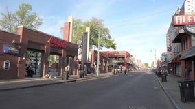 MEMPHIS, TENNESSEE - 9. APRIL 2016: Memphis Downtown und Leute auf der Straße während des Wochenendes stellen dar stock video