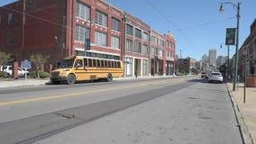 MEMPHIS, TENNESSEE - APRIL 08, 2016: Memphis Street Life De Reeks van de Bus van de school - 1 stock videobeelden