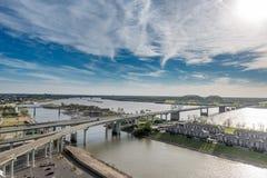 MEMPHIS, TENNESSEE - 9. APRIL 2016: Stadtbild von Memphis Missisippie Fluss und Hernando de Soto Bridge Lizenzfreie Stockbilder