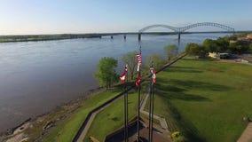 MEMPHIS, TENNESSEE - 11 APRILE 2016: Sorvolare le bandiere d'ondeggiamento a Memphis Fiume Mississippi e paesaggio urbano nel fon stock footage
