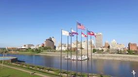 MEMPHIS, TENNESSEE - 11 APRILE 2016: Sorvolare le bandiere d'ondeggiamento a Memphis Fiume Mississippi e paesaggio urbano nel fon archivi video