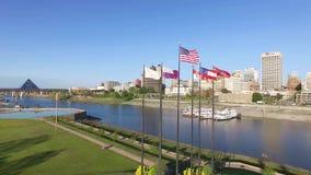 MEMPHIS, TENNESSEE - 11 AVRIL 2016 : Voler au-dessus des drapeaux de ondulation à Memphis Le fleuve Mississippi et paysage urbain clips vidéos