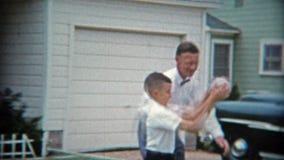 MEMPHIS TENNESSEE 1953: Farsa och son som spelar basket i körbanan som kläs formellt arkivfilmer