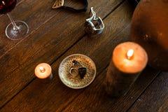 Men's звенит в бронзовой плите на деревянном столе стоковое изображение rf