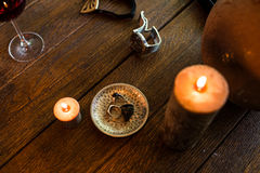 Men's dzwoni w brązowym talerzu na drewnianym stole Obraz Royalty Free
