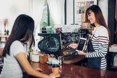 Menú asiático del café de la sugerencia del delantal de la mezclilla del desgaste del barista de la mujer al Cu foto de archivo