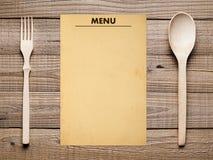Menú, bifurcación y cuchara en blanco Foto de archivo