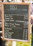 Menú de la barbacoa en el tablero de tiza Foto de archivo libre de regalías