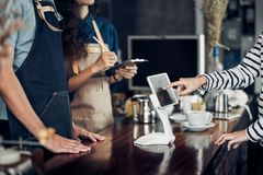 Menú de la bebida de la orden del servicio del uno mismo del cliente con la pantalla de la tableta en el caf foto de archivo libre de regalías