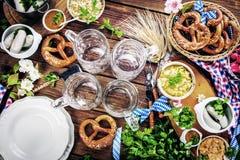 Menú de la comida de Oktoberfest, salchichas bávaras con los pretzeles, puré de patata, chucrut, cerveza fotos de archivo