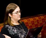 Menú de la lectura de la mujer joven Imágenes de archivo libres de regalías