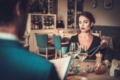 Menú de la lectura de los pares en un restaurante Foto de archivo