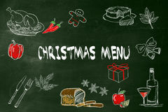 Menú de la Navidad con la imagen del dibujo de la mano una comida para el menú de la Navidad en la pizarra verde Imagen de archivo