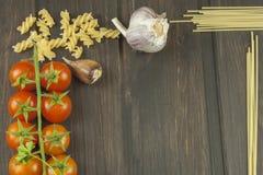 Menú de la preparación Pastas y verduras en una tabla de madera alimento dietético Fotos de archivo