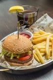 Menú de los alimentos de preparación rápida con la hamburguesa y el vidrio de cola fotos de archivo