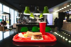 Menú de los alimentos de preparación rápida en la bandeja de la tabla en el restaurante de los alimentos de preparación rápida imágenes de archivo libres de regalías