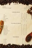 Menú del café con los granos y las especias asados de café Foto de archivo libre de regalías