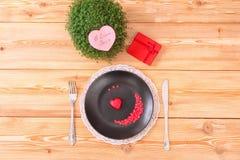 Menú del día de San Valentín en la tabla de madera Fotografía de archivo