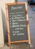 Menú del desayuno en tarjeta negra. Imagen de archivo libre de regalías