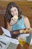 Menú del restaurante de la lectura de la mujer Imagenes de archivo