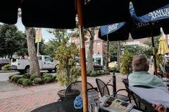 Menú del restaurante visto en una barra y un café en una ciudad norteamericana fotografía de archivo libre de regalías