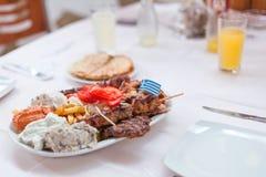 Menú griego con cuatro tipos de carne asada a la parrilla Fotografía de archivo libre de regalías