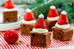 """Menú sano de la cena de la fiesta de Navidad del mini †de los brownie del sombrero de Papá Noel """" Imagen de archivo"""