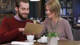 Menú y elegir sonrientes de la lectura de los pares la comida metrajes