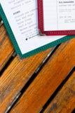 Menü auf Holztisch (2) Stockfotos