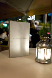 Menü auf Tabelle am Restaurantpatio Stockfoto
