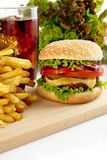 Menü des Cheeseburgers, Pommes-Frites, Glas Kolabaum auf hölzerner Platte Stockfoto