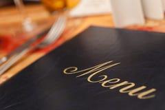 Menü u. Tischbesteck auf einer Gaststätte-Tabelle Stockfotografie