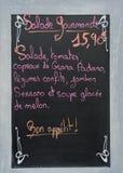 Menübrett mit Anzeige an einem französischen Restaurant Lizenzfreie Stockbilder