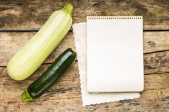 Menühintergrund Gemüse auf Tabelle mit Kochbuch Kochen mit Rezeptbuch Stockbilder