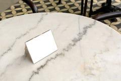 Menürahmen auf Tabelle im Restaurant Lizenzfreie Stockfotografie