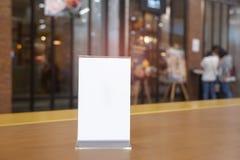 Menürahmen, der auf hölzerner Tabelle im Barrestaurantcafé steht Raum für Textmarketing-Förderung - Bild lizenzfreies stockfoto
