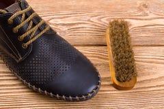 Men& x27; ботинки s кожаные и щетка ботинка Стоковые Изображения
