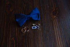 Men& x27; accesorios de s Corbata de lazo, mancuernas, anillos de oro Detalles del novio Foto de archivo libre de regalías