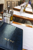 Menü auf einer Gaststättetabelle Lizenzfreies Stockfoto