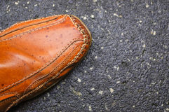 Men& x27 ; chaussures de s, une partie de mocassin pour l'automne sur l'au sol de ciment Image stock