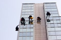 Men cleaning windows on a corporate bouilding Stock Photography