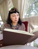 Menú de la lectura de la mujer Fotos de archivo